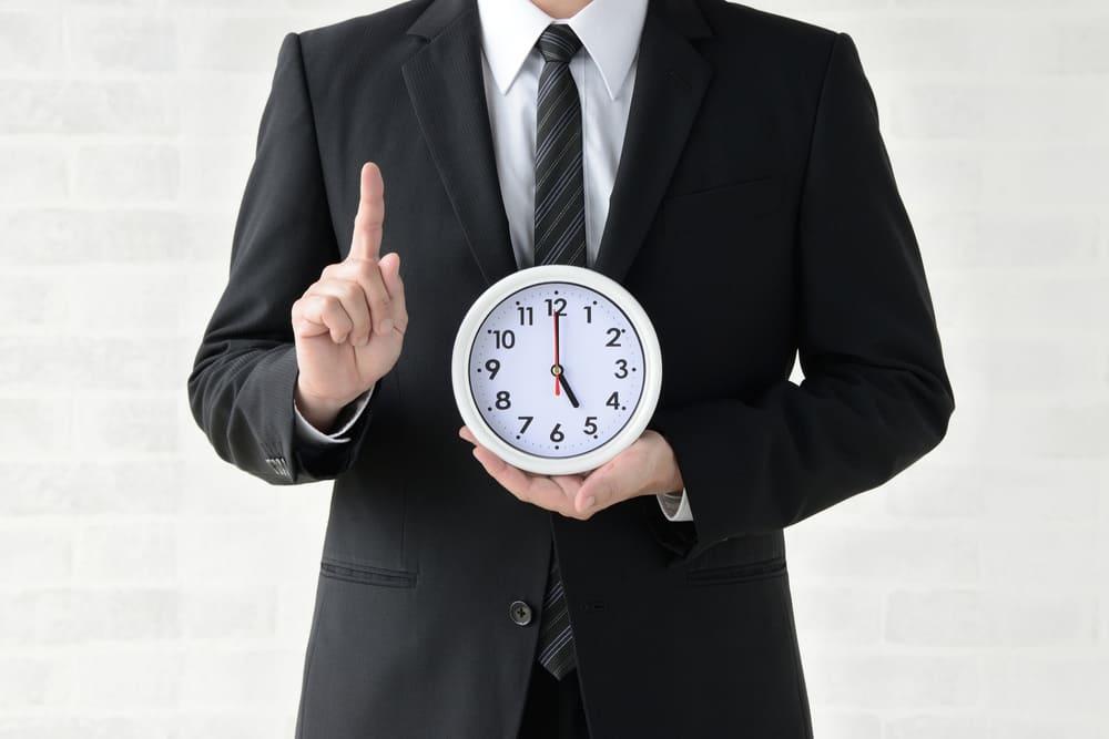 時計を持った男性